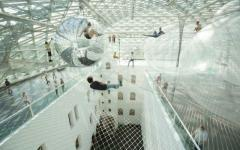アルゼンチンのアーティスト、トーマス・サラセーノがドイツのK21シュテンデハウス博物館に作り上げた
