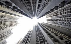 香港の高層マンションをローアングルから見上げて激写