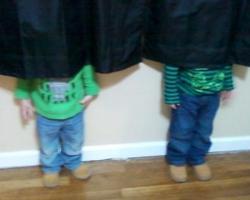 隠れたつもりが可愛すぎる!頭隠して尻隠れてない、子供たちの隠れんぼ写真