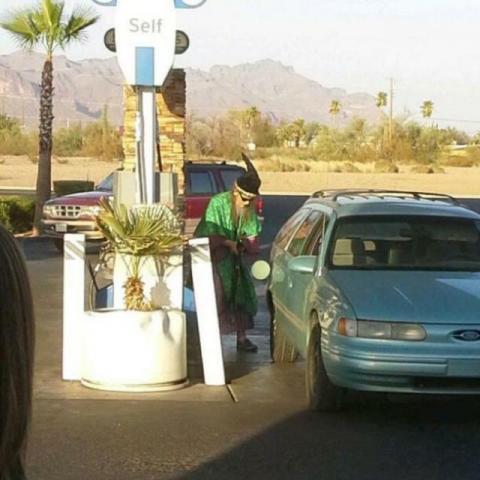 アメリカのガソリンスタンドで目撃された奇妙な写真