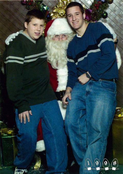 34年間かかさずサンタさんと一緒に写真撮影した、フレイ兄弟の写真