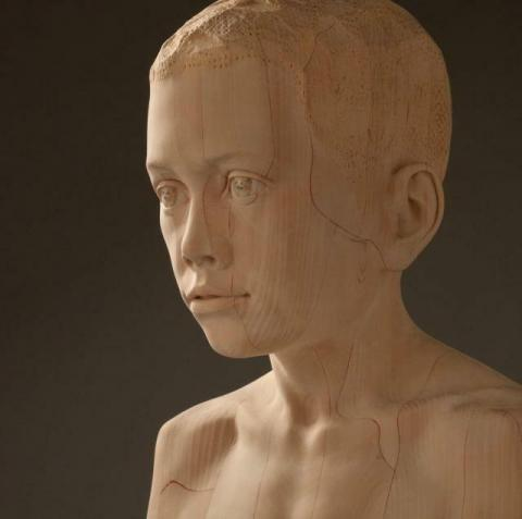 木を滑らかに削ったマリオ・ディリッツの彫刻 写真
