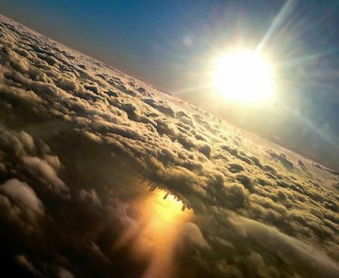 飛行機の窓側隻から見た美しい写真
