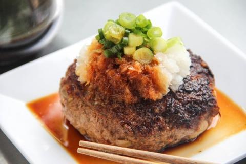 すぐにでも食べたくなるおいしいハンバーグの写真