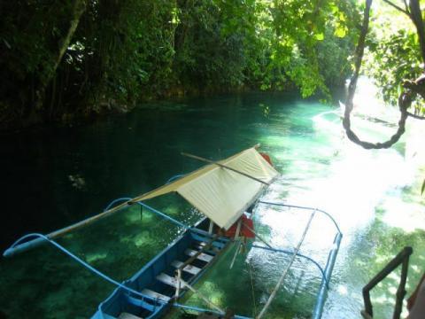フィリピンにある透き通った神秘的な川の写真