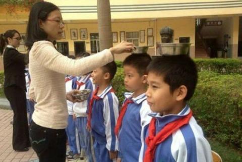 中国人が姿勢が良い理由が凄かった!武漢の小学校の写真