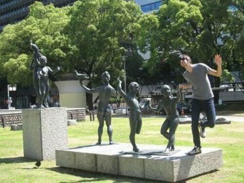 海外の彫刻で遊んだオモシロ写真