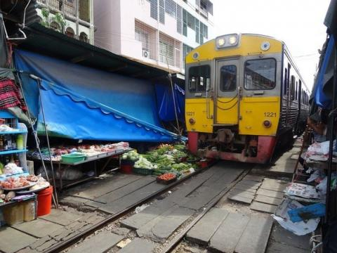 タイの「危険すぎる」と言われる鉄道市場